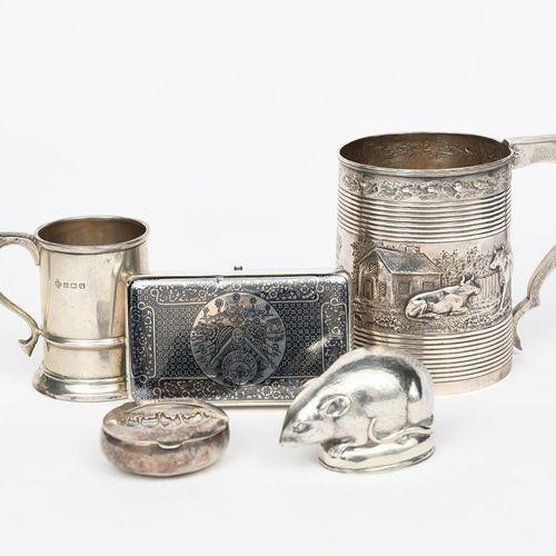 一个银质鼻烟盒,造型为一只老鼠,带铰链盖,一个涅罗烟盒,一个银质罐子,两个餐巾环,一个较小的罐子,珐琅烟盒,一个银质盒子和盖子,盖子上镶嵌着鲍鱼壳,还有一个圆形…