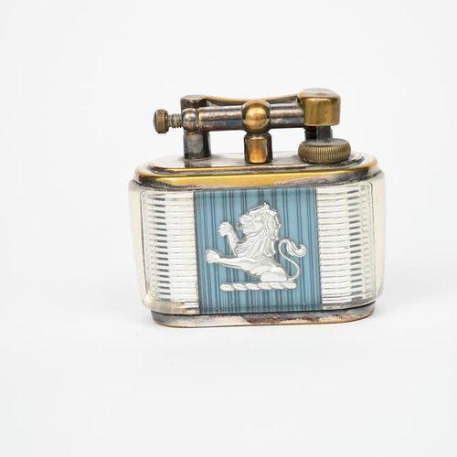 一个登喜路约瑟夫 卢卡斯的广告打火机,柿子玻璃面板上有银色的狮子横行,蓝色的棱纹地面,铸造标记登喜路,底座铸造标记塑料和造型由约瑟夫 卢卡斯有限公司英国伯明翰1…