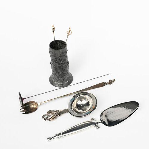 """一个丹麦的银质茶叶滤器,手柄上铸有叶状末端,一个银质药盒,上面铸有一个骑马者,乔治四世国王的加冕盘,WB的银盘,D&F的小银杯,一个 """"绿标酸辣酱 """"腌菜叉,一…"""