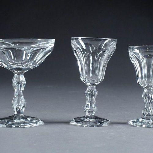 Val Saint Lambert Modèle Lalaing. Service de verres. Il présente douze coupes à …