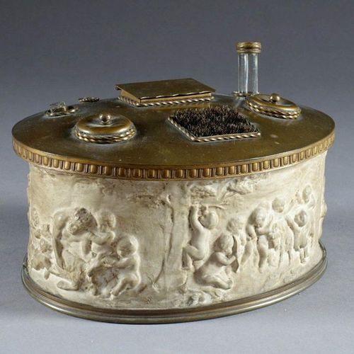Encrier de Bureau de Forme ovale. Biscuit with putti decoration and gilded metal…