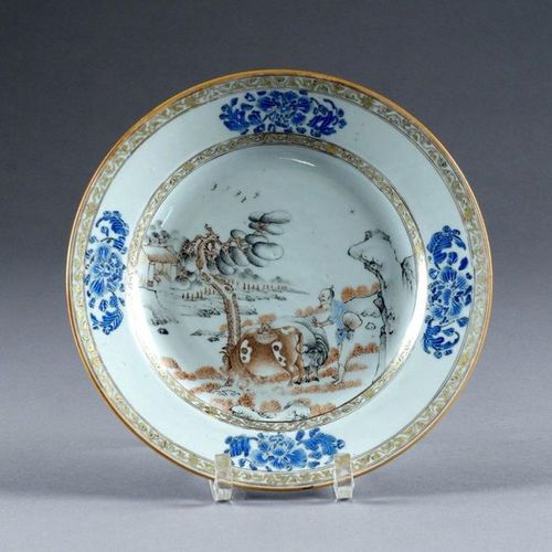 Chine. D'époque Yongzheng (1723 1735). Glazed porcelain plate, in grisaille and …