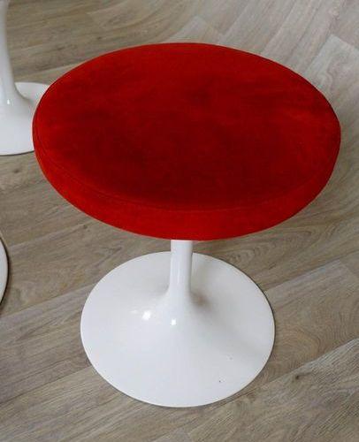 Eero Saarinen (1910 1961) Table ronde et ses quatre Tabourets. Assises tournante…
