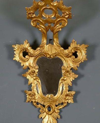 Miroir Rococo. Encarement entièrement ajouré et rehaussé d'un fronton recourbé. …