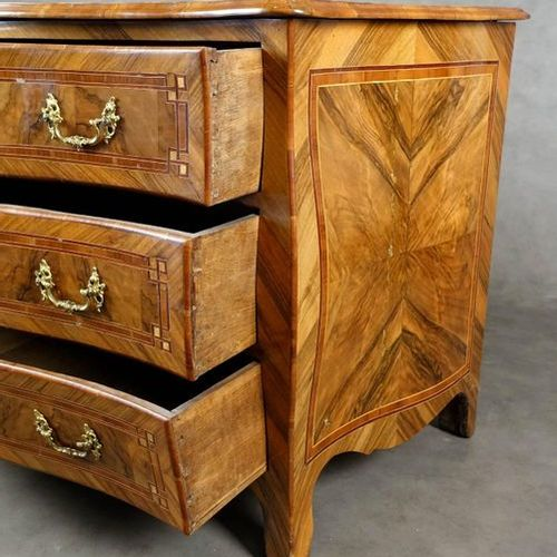 Commode de Style Louis XV. The curved front frees three drawers inlaid with fram…