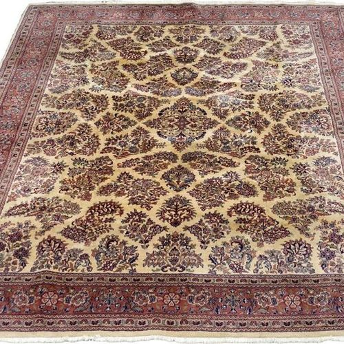 Tapis Sarouk. The light coloured background is decorated with flowering stems. T…