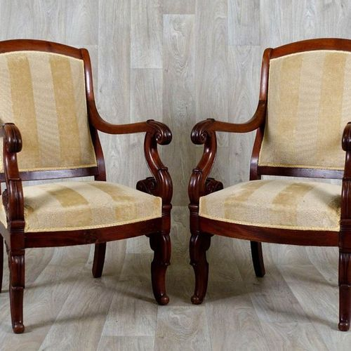 Paire de Fauteuils. Folders ending with a small winding. Armrests finished with …