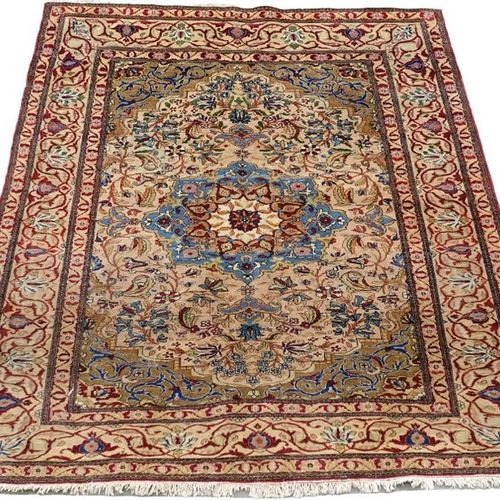 Carpette Kashan. Sky blue medallion in a frame of flowery foliage. Cut out ecoin…