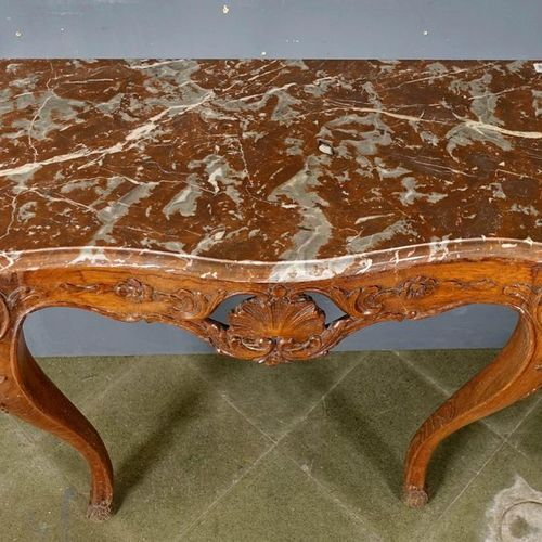 Console Régence. Summoned from a royal red marble. The belt is curved and has a …