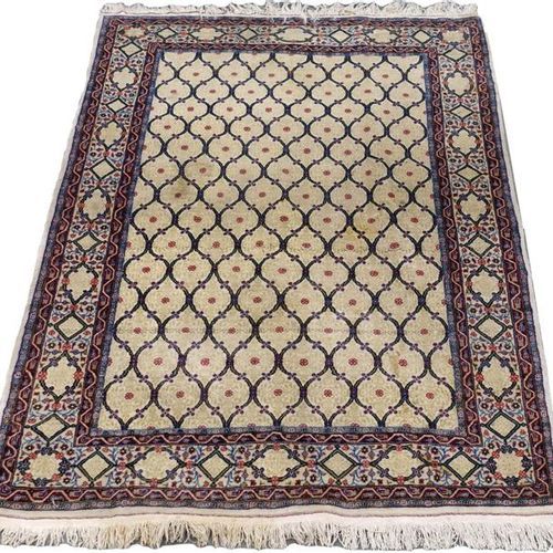 Carpette Ghoum. Ivory background with interlaced latticework decoration Tone on …