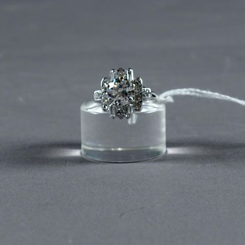 Bague de Dame style Art Déco. Set with a central brilliant cut diamond (approx. …