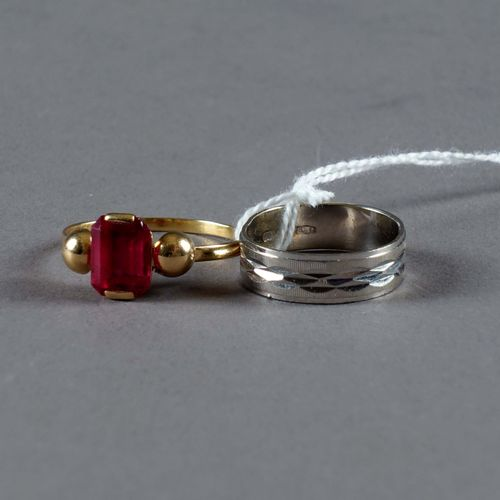 Deux Bagues de Dame. A ring set with a simulated ruby and a ring with chased dec…