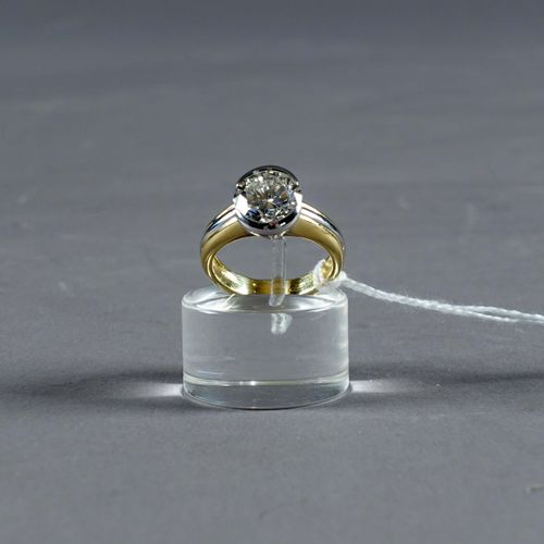 Bague de Dame, Solitaire. Set with a brilliant cut diamond (approx. 3 carats 50 …