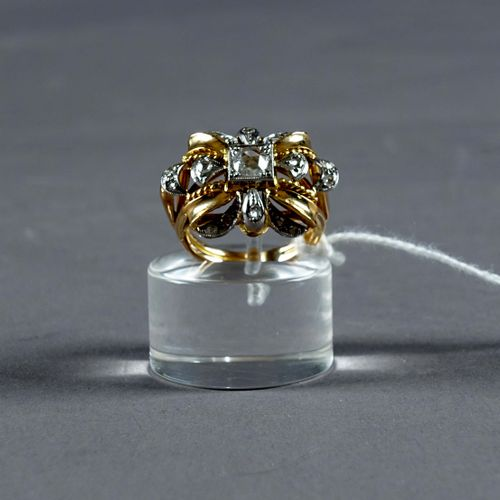 Bague de Dame ancienne. Stylizing a bow decorated with seventeen rose cut diamon…