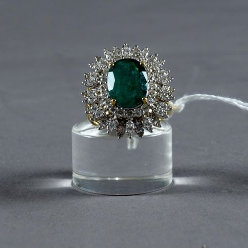 Bague de Dame. Set with an oval cut African emerald (approx. 4 carats 20) set wi…
