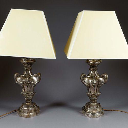 Paire de grandes lampes de table Baroque. Baluster foot resting on a moulded ter…