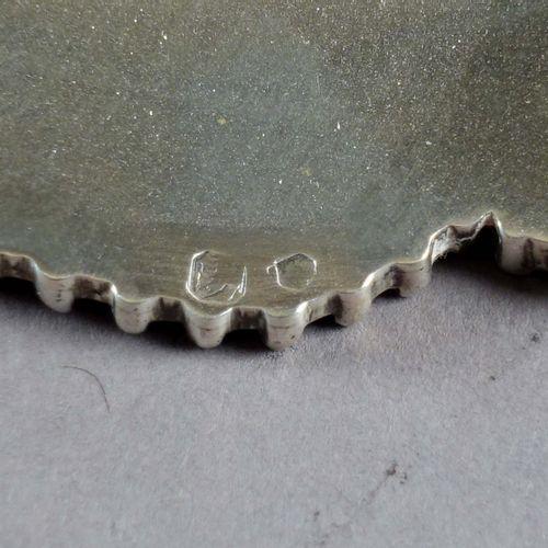 Légumier couvert chantourné. A prise en anneau et à ornementation d'une double f…