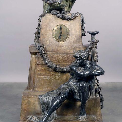 Importante Pendule symboliste. Au cadran inscrit dans une stèle sommée d'un aigl…