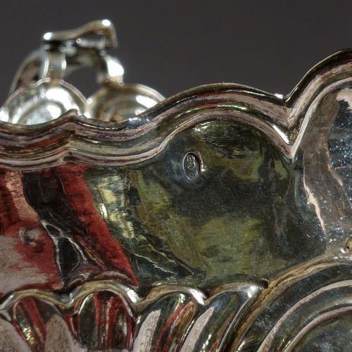 Saucière double, Louis XV. A deux prises latérales reposant sur quatre pieds cam…
