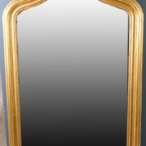 Miroir de Cheminée. Encadrement mouluré et rehaussé de feuilles. Bois doré. Trav…