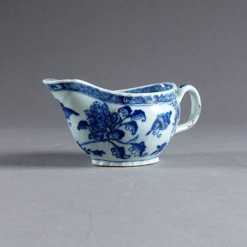 Saucière de Forme casque. Porcelaine de Chine d'exportation émaillée blanc/bleu …