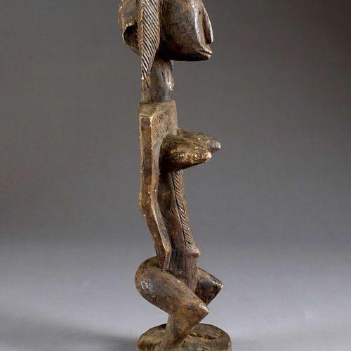 Statuette Dogon. Représentant un personnage féminin debout, au tronc démesuré et…