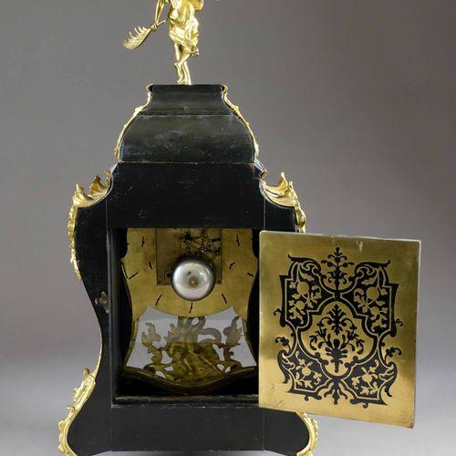 Cartel d'applique et son cul de lampe, sommé d'une Renommée. Caisse violonée mar…