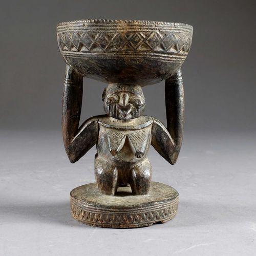Culture Yoruba. Statuette cariatide figurant un personnage féminin agenouillé, p…