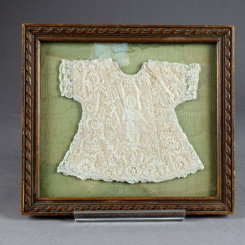 Robe de baptême, de poupée. 粉红色缎子背景上的花边。19世纪末。尺寸:约18 x 20厘米。呈现在一个刻有丝带的框架中(27 x 3…