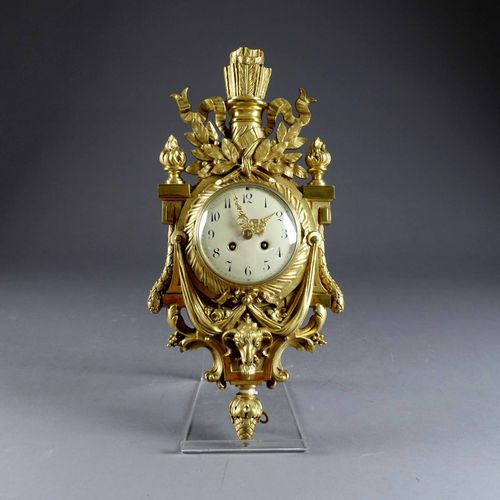 Cartel d'applique Louis XVI. 由一条刻在丝带上的颤音来总结。月桂树的装饰品落在公羊头的框架上。带有Japy Frères标志的机芯。…