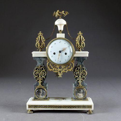 Pendule portique Louis XVI. 由两根切割柱子承载的运动。白色脉络的大理石与鎏金铜装饰。18世纪末/19世纪初。尺寸:44 x 28 x…
