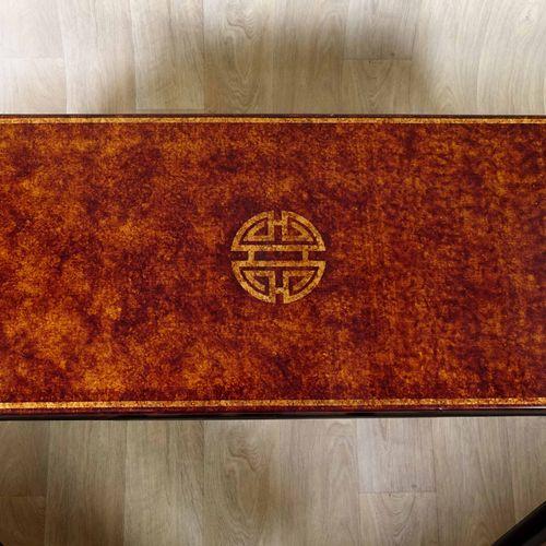 Table de Salon et sa Paire de bouts de Canapé. Ornés, en leurs centres, du symbo…
