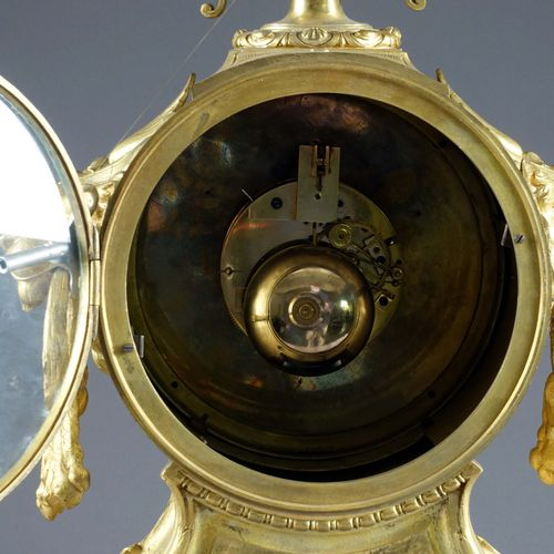 Importante Garniture de Cheminée, Louis XVI. 中间是一个时钟,安放在四个大叶子的卷轴上,有一个搪瓷表盘,署名Bell…