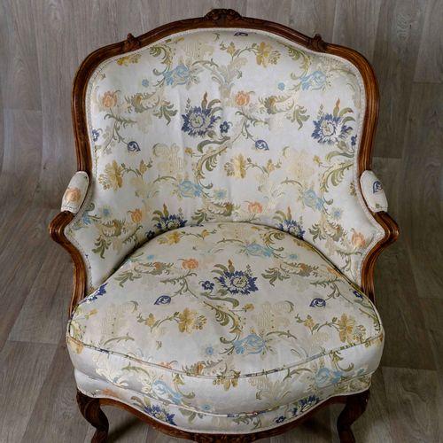Paire de Bergères Louis XV. 有大型吊车的背影。扶手的脸颊饱满,有一个小袖口加强。凹陷的臂架。雕刻着两朵花的腰带。小凸脚,有凹槽和模具…