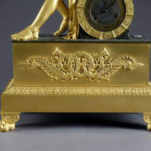 Importante Pendule. 帝国时期结束,复辟时期开始,表现奥菲斯坐着,靠在他的琴上,右手拿着火把。表盘上标有de Comminges Palais…