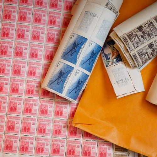 TOUS PAYS : 3 valises contenant des timbres neufs et oblitérés, ainsi que des do…