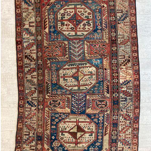 哈萨克羊毛地毯,在蓝色背景上装饰有三个八角形的奖章,宽边上有地理图案。100 x 160厘米。(穿着)