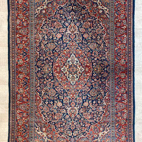波斯羊毛地毯,海军背景,装饰有一个奖章和四个带花的窗台。200 x 130厘米。