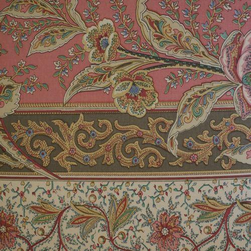 乳白色漆面的木雕长椅,站在六个有凹槽的锥形腿上,由一个支架连接,用印地安图案的织物装饰。路易十六的风格。(高46厘米,宽120厘米,深43厘米)