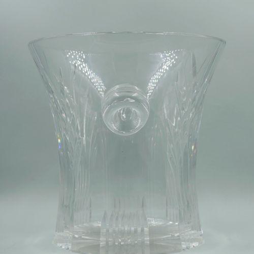 一个刻有棕榈叶的水晶瓶桶。高度:23厘米,底部的直径:23厘米。(颈部有小缺口)