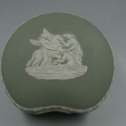 WEDGWOOD.饼干色的圆形有盖盒子。19世纪的作品。高4.5厘米,长8厘米