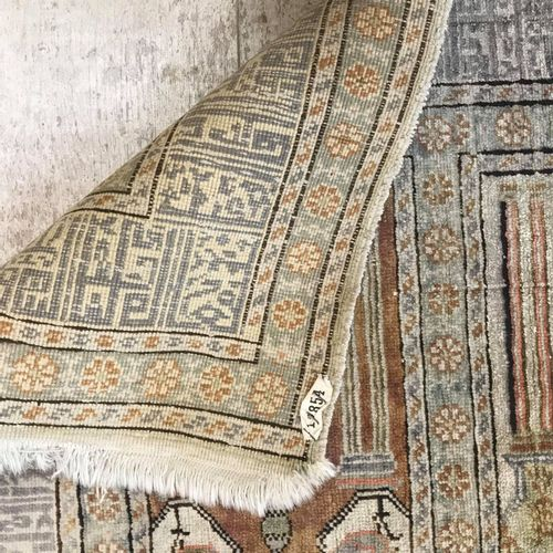 米色背景上的多色mihrabs的羊毛和丝绸画廊地毯,84 x 210厘米。(部分褪色)