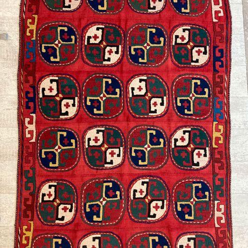 Tapis ouzbek en laine à décor de médaillons de forme octogonale et motifs géomét…