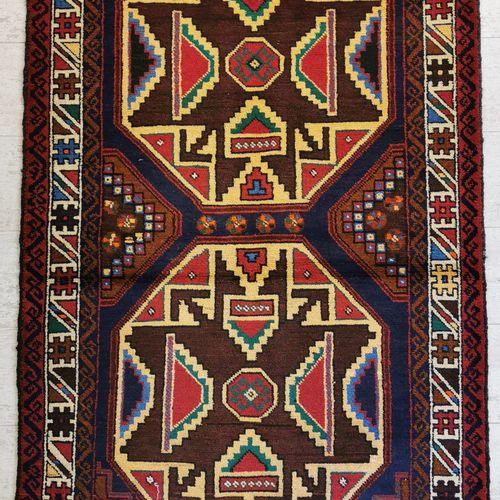 伊朗。棕色背景上装饰有两个对角线奖章的羊毛巴鲁什地毯,上面有几何图案。89 x 143厘米。