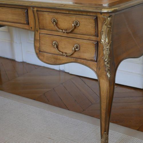 Grand bureau plat de style Louis XV en bois de placage, ouvrant à cinq tiroirs e…