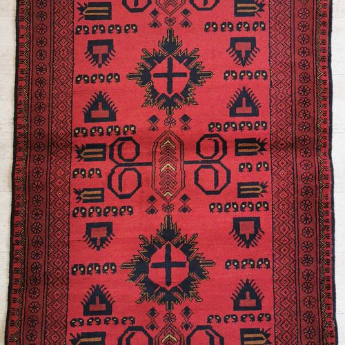 土库曼的羊毛地毯,在红色背景上装饰有十字架和古尔邦斯。100 x 143厘米。