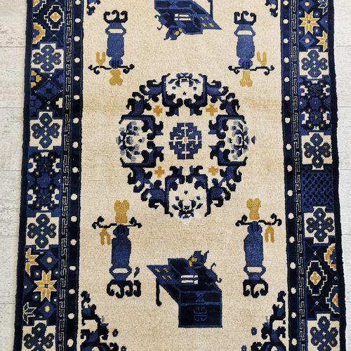 两张中国羊毛地毯,中央装饰有奖章和花瓶,奶油色背景上有四条植物图案的围栏,168 x 94cm。