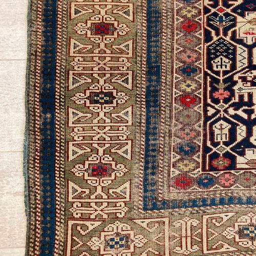 哈萨克羊毛地毯,米色背景上有风格化的花卉装饰,绿色背景上有缠结图案的宽边。160 x 105厘米。(穿着)