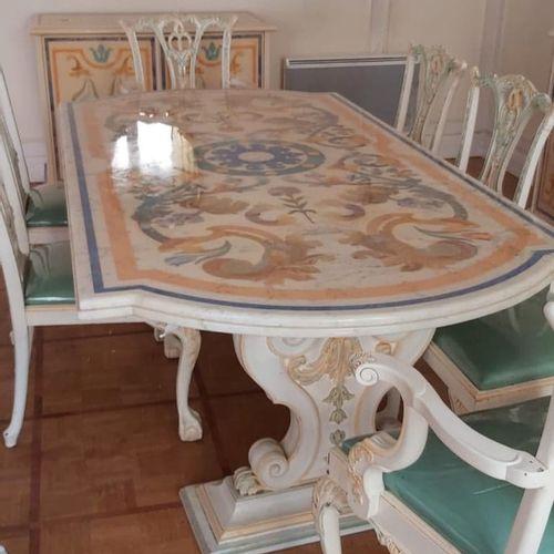 克劳德 达尔勒的《罗密欧之家》。一套六把椅子和两把扶手椅,威尼斯风格,木雕,白色漆和金色和绿色rechampi,镂空的背部,梯形的座位,拱形的腿。现代工作。(磨…
