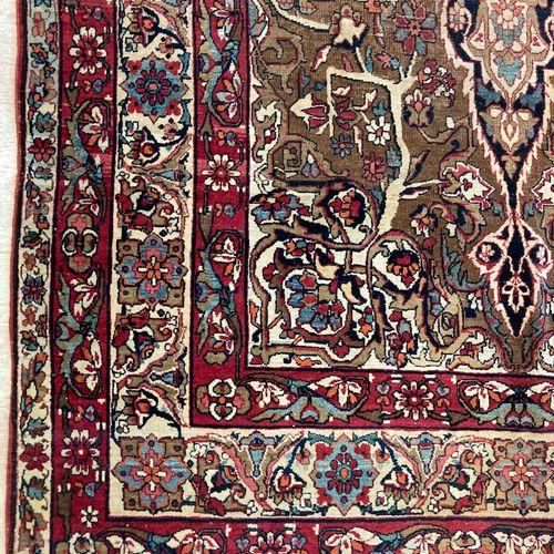 一块波斯羊毛地毯,中央饰有花朵的徽章和四条横幅,在奶油色和棕色的背景上出现了植物图案,135 x 230厘米。(穿着)